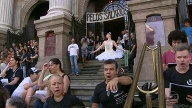 Servidores do Teatro Municipal fazem protesto no centro do Rio - Servidores do Teatro Municipal fazem protesto no centro do Rio devido ao atraso dos pagamentos.