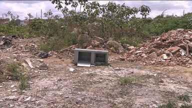 Ladrões abandonam cofre em terreno baldio no Jardim Paulistano, em Campina Grande - O cofre tinha sido roubado sexta-feira de uma oficina mecânica.