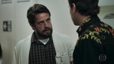 Renato leva Cido para a cirurgia - Gael conta que Josafá atirou no motorista e foi levado para a delegacia