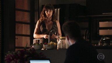 Clara conta a Patrick que Renato vai ajudá-la - Renato confirma que as despesas de Cido foram pagas por Sophia e fica intrigado