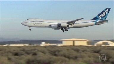 """Boeing estaria interessada em comprar a brasileira Embraer - O negócio bilionário poderá tornar a fabricante americana de aviões ainda maior. As duas empresas divulgaram um comunicado conjunto dizendo apenas que estão em """"tratativas para potencial combinação dos negócios, em bases que ainda estão sendo discutidas""""."""