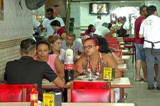 Lanchonetes faturam com movimento no comércio - Quem faz compras nos centros comerciais do Alto Tietê sempre dá uma paradinha para comer. Lanchonetes reforçaram quadros de funcionários.