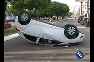 Motorista perde o controle e carro capota no bairro da Pedreira, em Belém - Motorista perde o controle e carro capota no bairro da Pedreira, em Belém