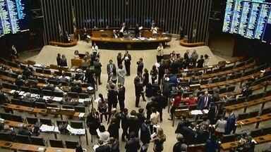 Legislativo vota denúncias contra Temer - Deputados ficam de férias nesta semana.
