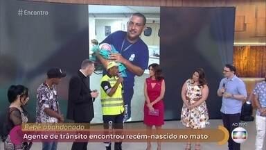Agente de trânsito resgatou recém-nascido do mato no Rio de Janeiro - Alexandre conta que estava chegando ao trabalho quando viu o bebê abandonado ao relento. Ele chegou a pensar que a criança era um boneco