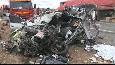 Acidente entre ônibus e carro deixa casal morto e filhos feridos na BR-230 - Outras pessoas que estavam no ônibus também se feriram.