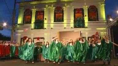 Cantata de Natal reúne centenas de pessoas em Santa Cruz do Rio Pardo - Em Santa Cruz do Rio Pardo a tradicional cantata de natal reuniu centenas de pessoas na Praça Leônidas Camarinha. Depois de meses de ensaios e dedicação, a apresentação saiu perfeita.