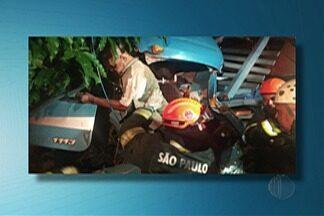 Motorista de caminhão morre depois de bater em árvore - O veículo estava carregado com aço e a carga acabou entrando na cabine.