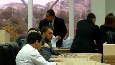 Lei em Macaé, RJ, pede que salário de vereadores seja equiparado a de professores - Confira a seguir.