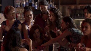 Leandra sugere que ela e as meninas do bordel façam um amigo secreto - Laerte pede para participar