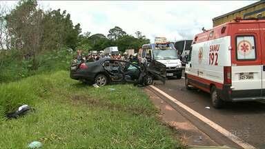 Vítimas de acidente na PR-323 continuam internadas na UTI - Carro e ônibus bateram de frente em Cruzeiro do Oeste. Uma pessoa morreu.