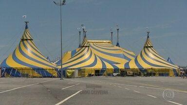 """Artistas do Cirque du Soleil não descansam nem no Natal, mas puderam sair da dieta - Grupo ensaia para novo espetáculo, """"Amaluna"""", que estreia dia 28 no Rio"""