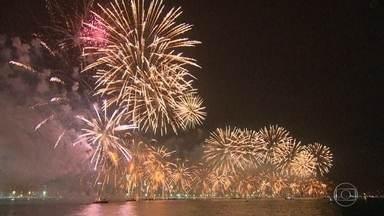 Queima de fogos em Copacabana vai durar 17 minutos; Anitta é a principal atração da noite - No total, vão ser nove palcos espalhados pela cidade. Na Barra da Tijuca, não vai ter palco, mas serão vários pontos de queima de fogos.