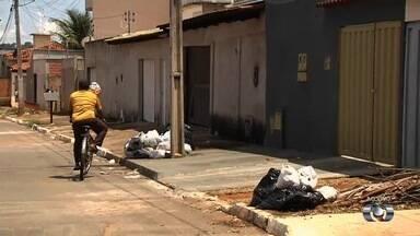 Moradores denunciam que estão há 15 dias sem coleta de lixo no Jardim Abaporu, em Goiânia - População diz que não aguenta mais o mau cheiro e o número de mosquitos.