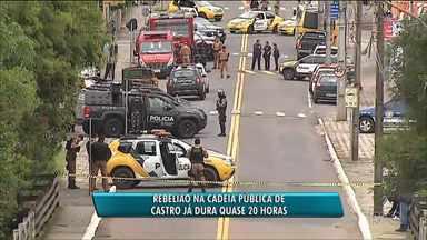 Rebelião na cadeia pública de Castro já dura quase 20 horas - Um agente carcerário é mantido refém pelos detentos.