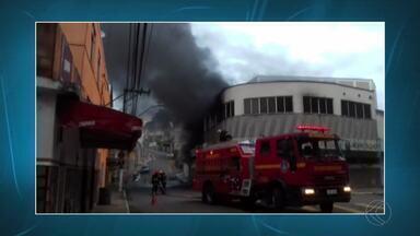 Bombeiros combatem incêndio em fábrica desativada em Juiz de Fora - Fogo começou na noite desta segunda-feira (25); ninguém ficou ferido.