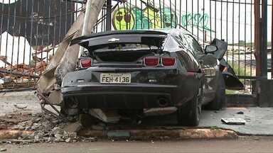 Motorista de Camaro bate em carro e em um poste no centro de Cascavel - Segundo a polícia, ele fazia manobras perigosas e fugiu da polícia em alta velocidade.