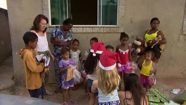 Coordenadora pedagógica entrega cestas básicas para família em Juiz de Fora - Família da Dona Nilza foi a beneficiária; ela tem 14 netos e quatro bisnetos.