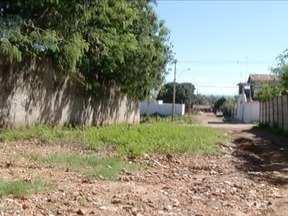 Calendário: Moradores do bairro Eldorado em Montes Claros reclamam de rua sem pavimentação - Problema causa transtornos para a locomoção dos moradores e poeira prejudica a saúde.