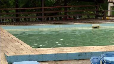 Criança de 5 anos morre afogada em piscina de hotel em Itatiaia, RJ - Vítima foi encontrada pelos pais e já estava desacordada.