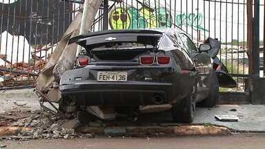 Homem de 26 anos bate carro de luxo em poste em Cascavel - Segundo polícia, ele tinha ingerido álcool.