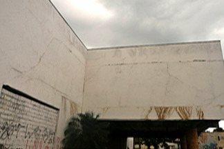 Defesa Civil interdita Praça dos Trabalhadores em Ferraz por risco de desabamento - Prédio central ameaça cair.