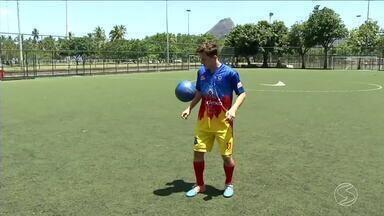 Série 'Reação' mostra superação de jovem que fugiu da Venezuela e veio para o Brasil - Com o sonho de ser jogador de futebol, ele é uma das mais novas contratações do Pérolas Negras de Paty do Alferes.