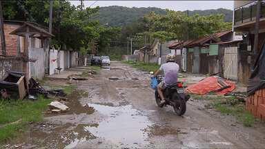 Chuvas dos últimos dias alagaram ruas no litoral do Paraná - Além das ruas cheias de buracos, entulho os moradores de Matinhos estão preocupados.