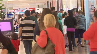 Lojas de rua e shoppings ficam movimentados para as trocas de presentes - A diretora do Procon explica algumas regras para as trocas dos presentes.
