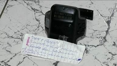 Preso abandona tornozeleira em delegacia e deixa bilhete para a polícia - Bilhete dizia que o preso Leandro Dias, monitorado pelo aparelho, tinha ido passar as festas de fim de ano com a família.