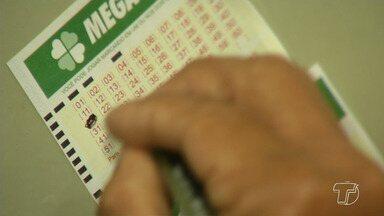 Apostadores têm lotado as loterias em busca do sonho de ganhar a aposta da mega-sena - Segundo a Caixa Econômica Federal, se um só jogador ganhar a aposta da mega-sena da virada o rendimento será de mais de 1 milhão de reais.
