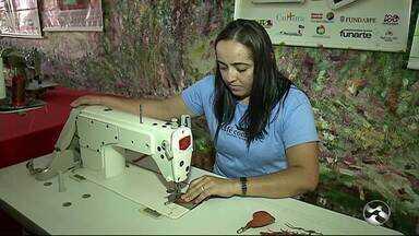 Mulheres de Petrolândia estão reaproveitando pele de peixes para fazer artigos artesanais - Iniciativa gera renda para as famílias na região