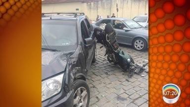 Tentativa de fuga de abordagem termina em acidente em Lorena - Dupla bateu em carro em um cruzamento.