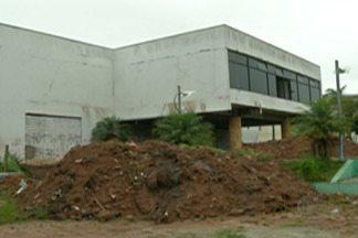 Com risco de prédio desabar, praça dos trabalhadores em Ferraz é interditada - Medida é feita por segurança pela prefeitura.