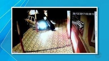 Vídeo mostra caminhonete derrubando semáforo em Corumbá, MS - O acidente aconteceu no cruzamento das ruas Major Gama e Duque de Caxias.