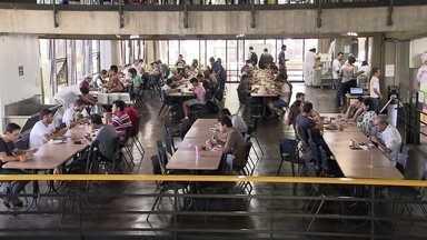 UnB estuda aumentar preços das refeições servidas no restaurante universitário - Com o reajuste, estudantes e funcionários que hoje pagam R$ 2,50 no almoço e no jantar, passariam a pagar R$13 por cada refeição.