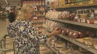 Supermercados ficam lotados no último sábado antes do Ano Novo - Muitas pessoas deixaram para fazer as compras em cima da hora.