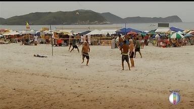 Turistas em Cabo Frio, RJ, não desanimam por ter previsão de chuva no Réveillon - Assista a seguir.