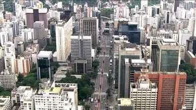 Réveillon da avenida Paulista quer entrar para o livro dos recordes - Pouco antes da virada, o público previsto de mais de um milhão de pessoas vai ser convidado a pular na avenida com o pé direito por 15 segundos.
