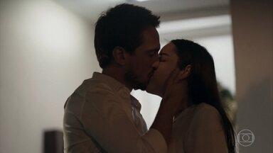 Laura e Rafael se beijam - A moça aceita o pedido de namoro do rapaz