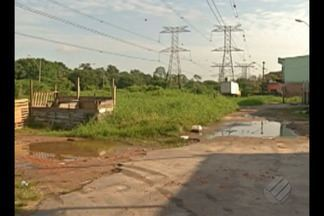Obra de pavimentação que deveria ter sido concluída desde 2015 está parada há dois anos - A obra inacabada fica localizada na passagem Elcione Barbalho próximo ao canal Água Cristal no bairro da Marambaia.
