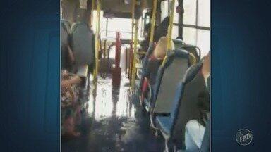Ônibus circular fica alagado após temporal em Campinas - Passageiros preferiram seguir viagem em pé dentro do veículo do que sentar nos bancos molhados.