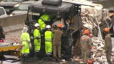 Dois acidentes graves deixam seis pessoas feridas - Os acidentes envolveram três carretas, dois caminhões. Seis pessoas ficaram feridas, entre elas, um bebê de 11 meses.