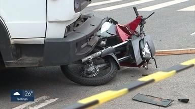 Motociclista morre em acidente com caminhão na Av. Barão Homem de Melo, em BH - Trânsito ficou totalmente interditado em uma das pistas.