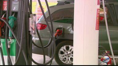 Gasolina ou etanol? Cálculo mostra qual dos combustíveis compensa mais - Com o preço dos dois só aumentando, uma continha simples ajuda na hora de escolher qual abastecer