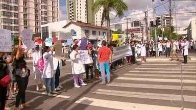 Profissionais de saúde cobram pagamento de plantões extras - Pagamentos estão atrasados desde setembro, segundo funcionários.