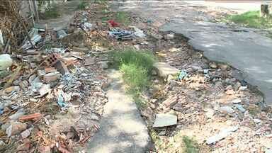 Obra provoca danos a moradores em bairro em São Luís - Prejuízos vão desde buracos na rua até alagamentos dentro das casas no bairro Vinhais.