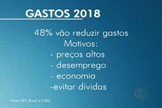 Estudo aponta que brasileiros pretendem diminuir gastos em 2018 - Segundo o estudo, 48% dos consumidores consultados pretendem reduzis gastos no começo deste ano.