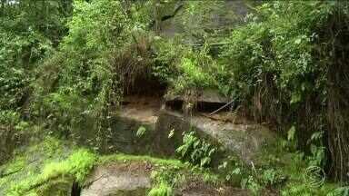 Serra da Mantiqueira continua em alerta para deslizamentos em Itatiaia, RJ - Estrada que liga Maringá a Maromba foi interditada após uma pedra rolar da encosta no trecho. A pedra foi retirada mas o risco permanece.