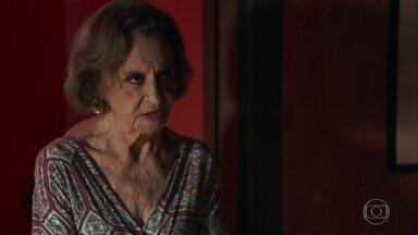 Caetana expulsa Laerte do quarto de Duda - Ela afirma que o rapaz só entrará quando ela deixar